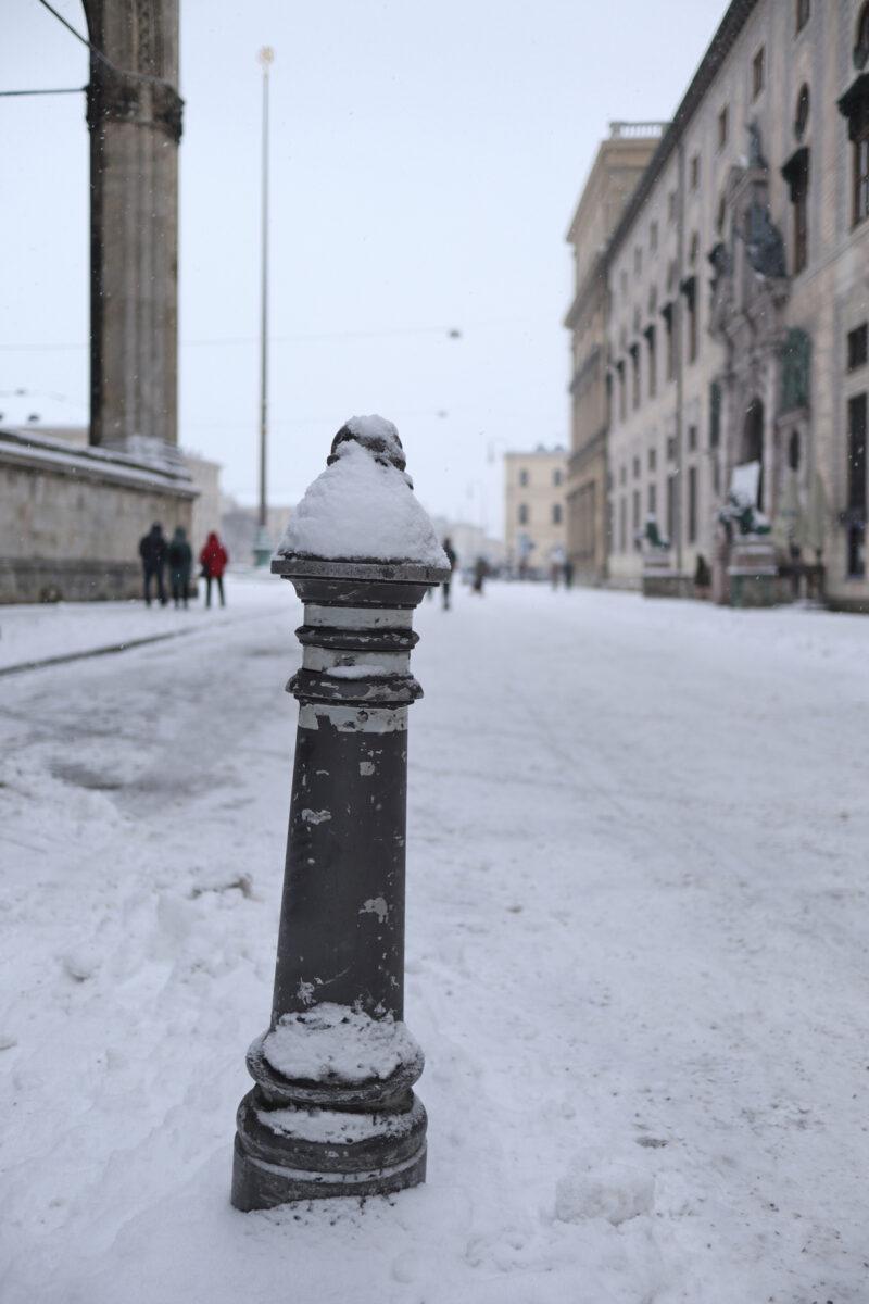 Die Residenzstraße mit Blick auf den Odeonsplatz in München im Schnee
