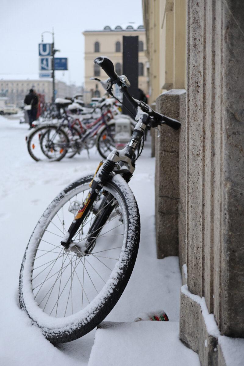 Fahrrad auf dem Odeonsplatz in München im Schnee