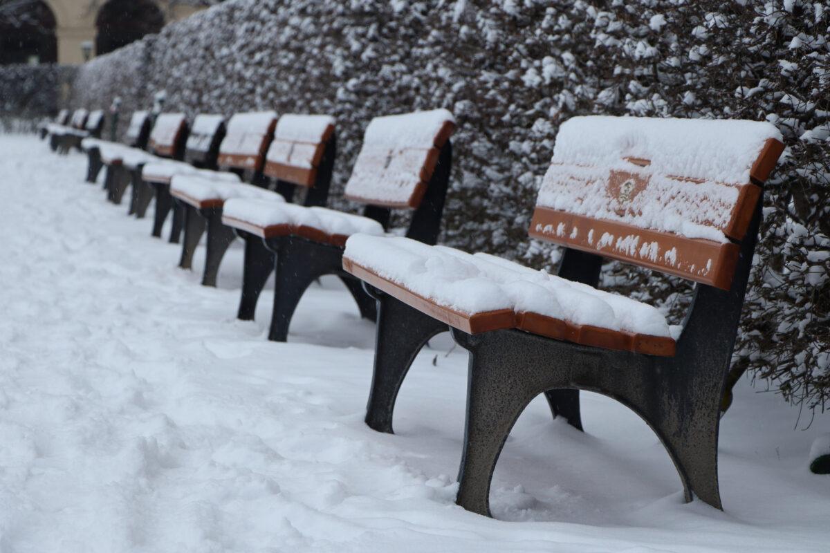 Bänke im Hofgarten in München im Schnee