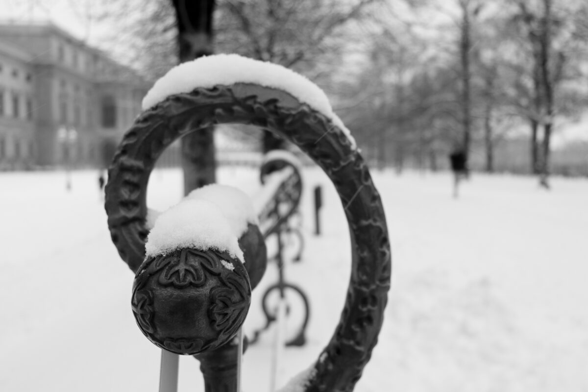 Geländer im Hofgarten in München im Schnee