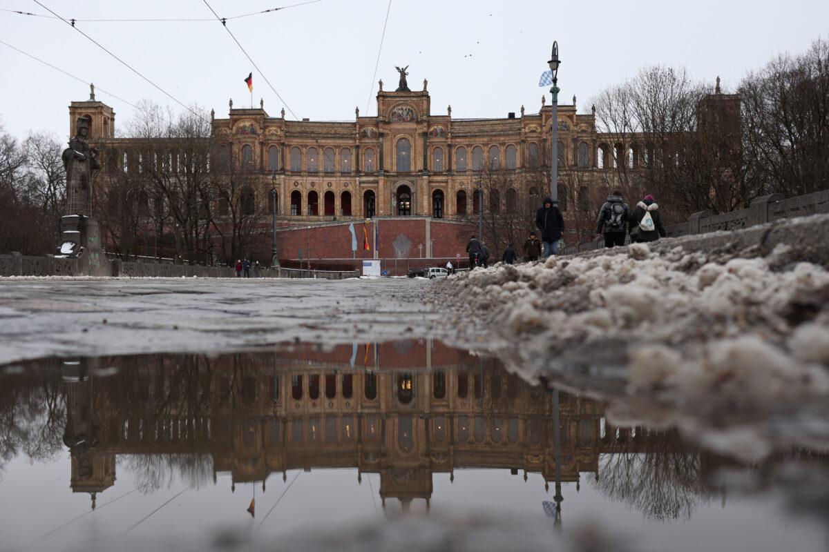 Das Maximilianeum in München im Schnee Spiegelung