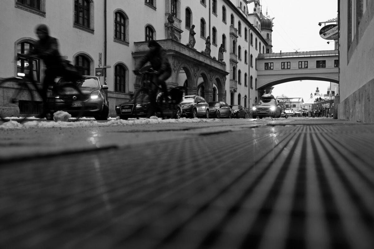 Die Sparkassenstraße in München im Winter in schwarzweiß