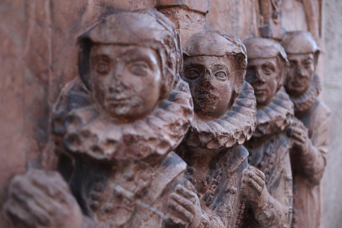 Details an der Fassade des Alten Peter in München