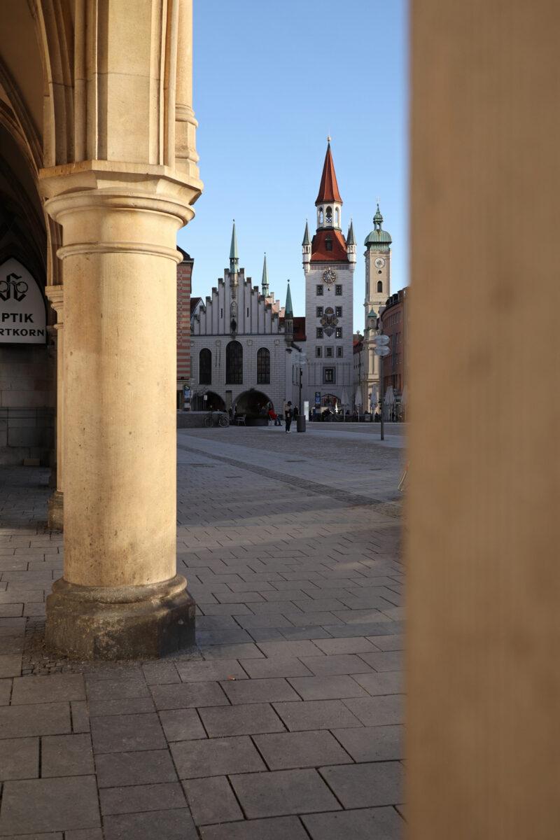 Das Alte Rathaus und die Heiliggeistkirche auf dem Marienplatz in München