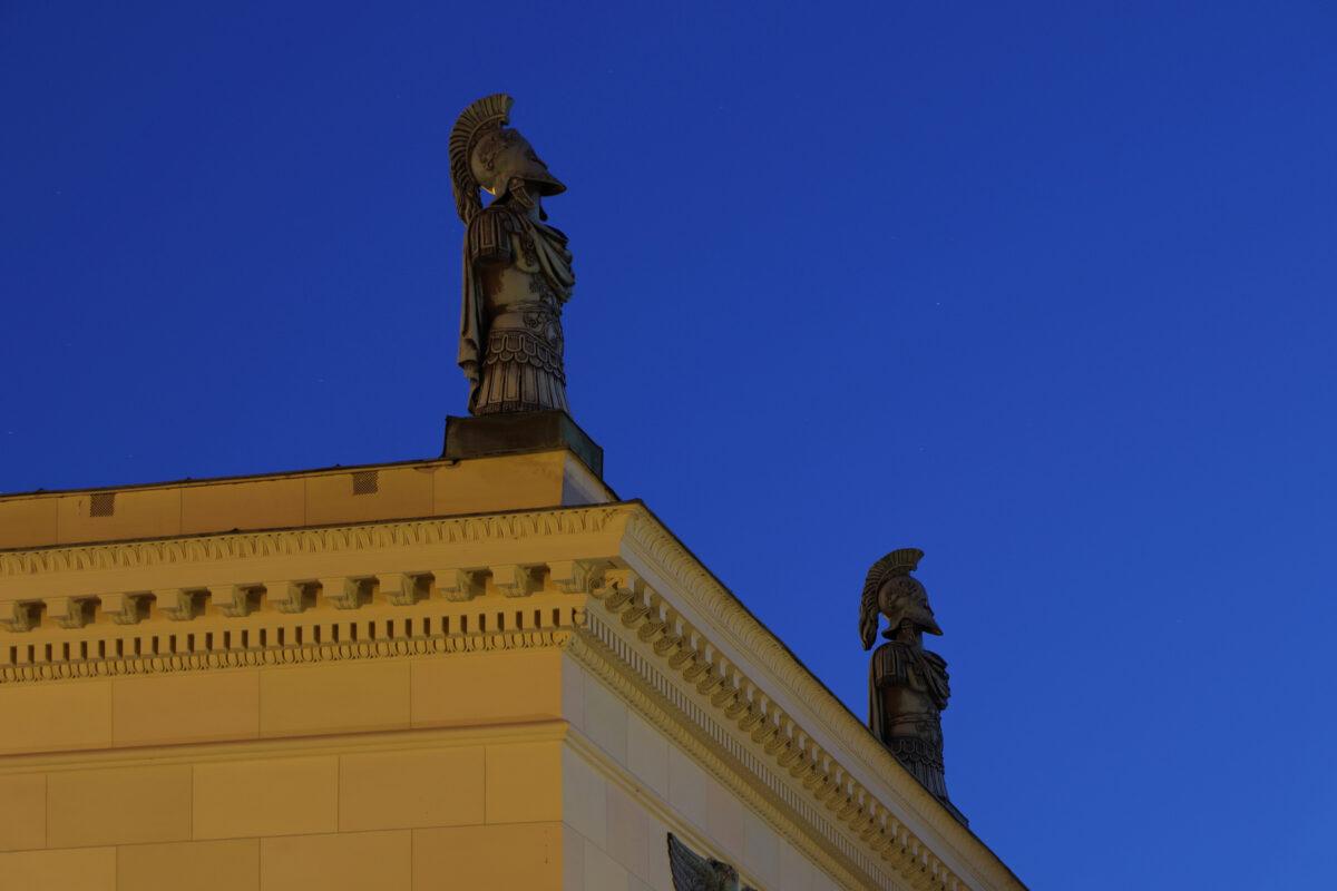 Figuren auf dem Hofgartentor in München zur blauen Stunde