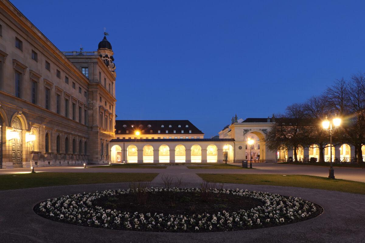 Blick vom Hofgarten in München in Richtung Residenz und Odeonsplatz zur blauen Stunde