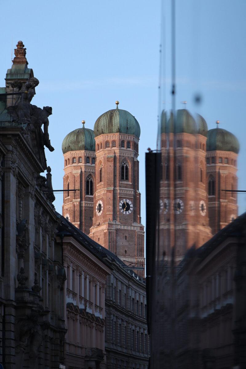 Blick von der Kardinal-Faulhaber-Straße auf die Frauenkirche im Morgenlicht