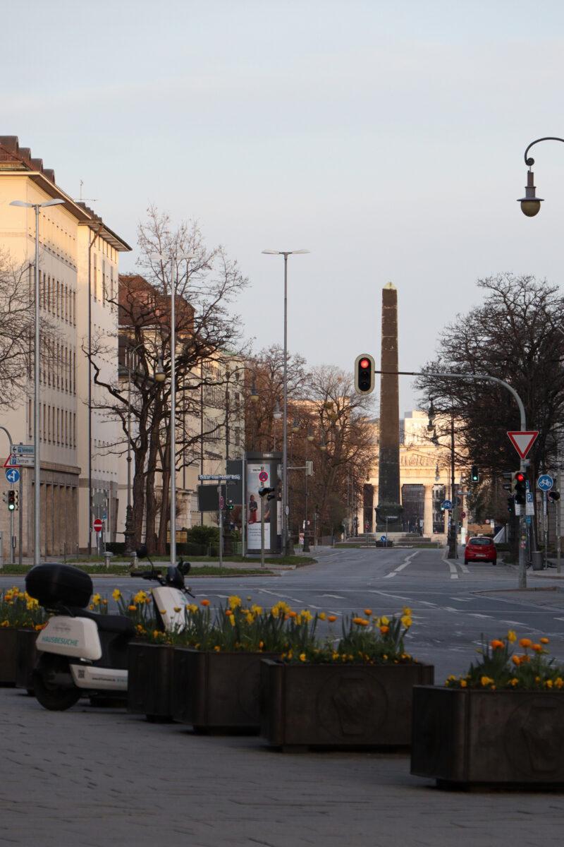Blick auf die Brienner Straße in München und in Richtung Königsplatz am Morgen