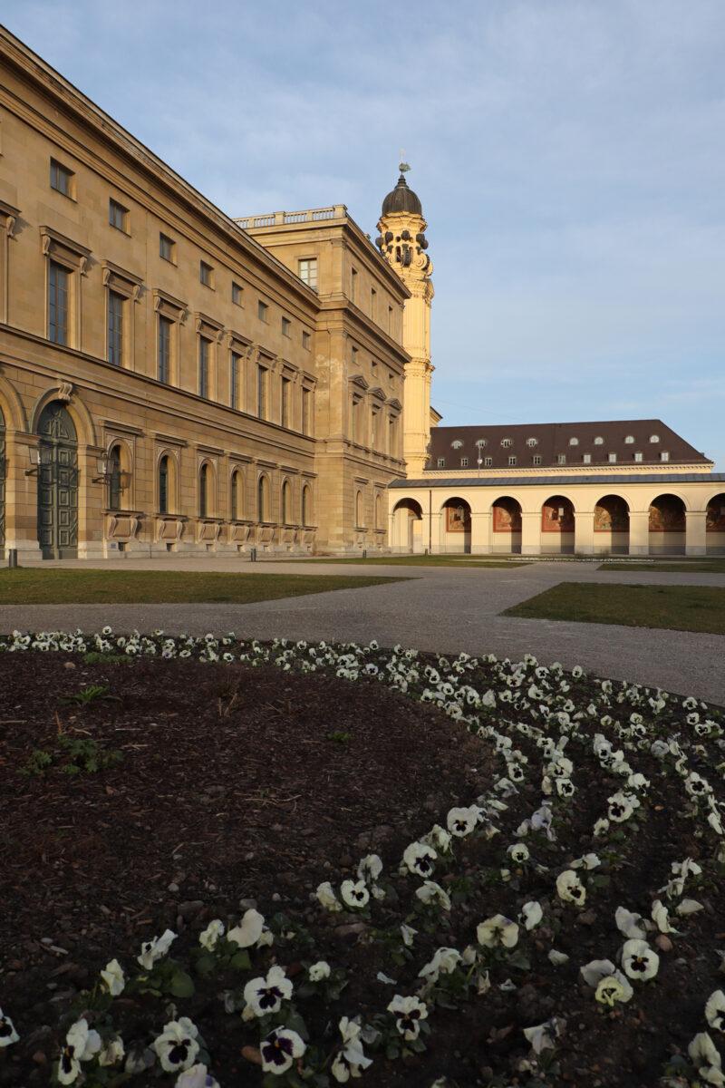 Blumenbeet im Hofgarten in München mit Blick auf die Residenz und die Theatinerkirche
