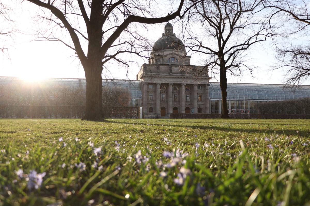 Die Bayerische Staatskanzlei im Münchner Hofgarten im Frühling im Morgenlicht