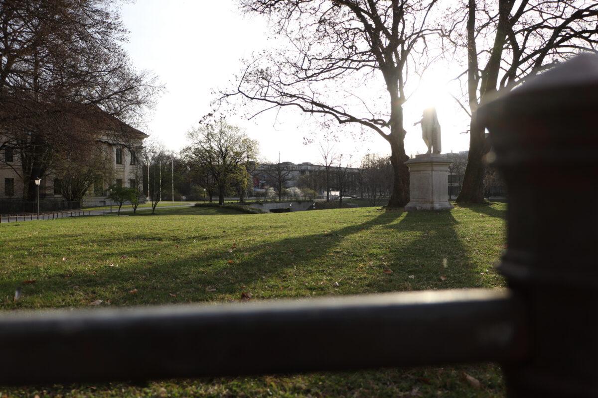Morgens im Finanzgarten in München mit Blick in Richtung Prinzregentenstraße
