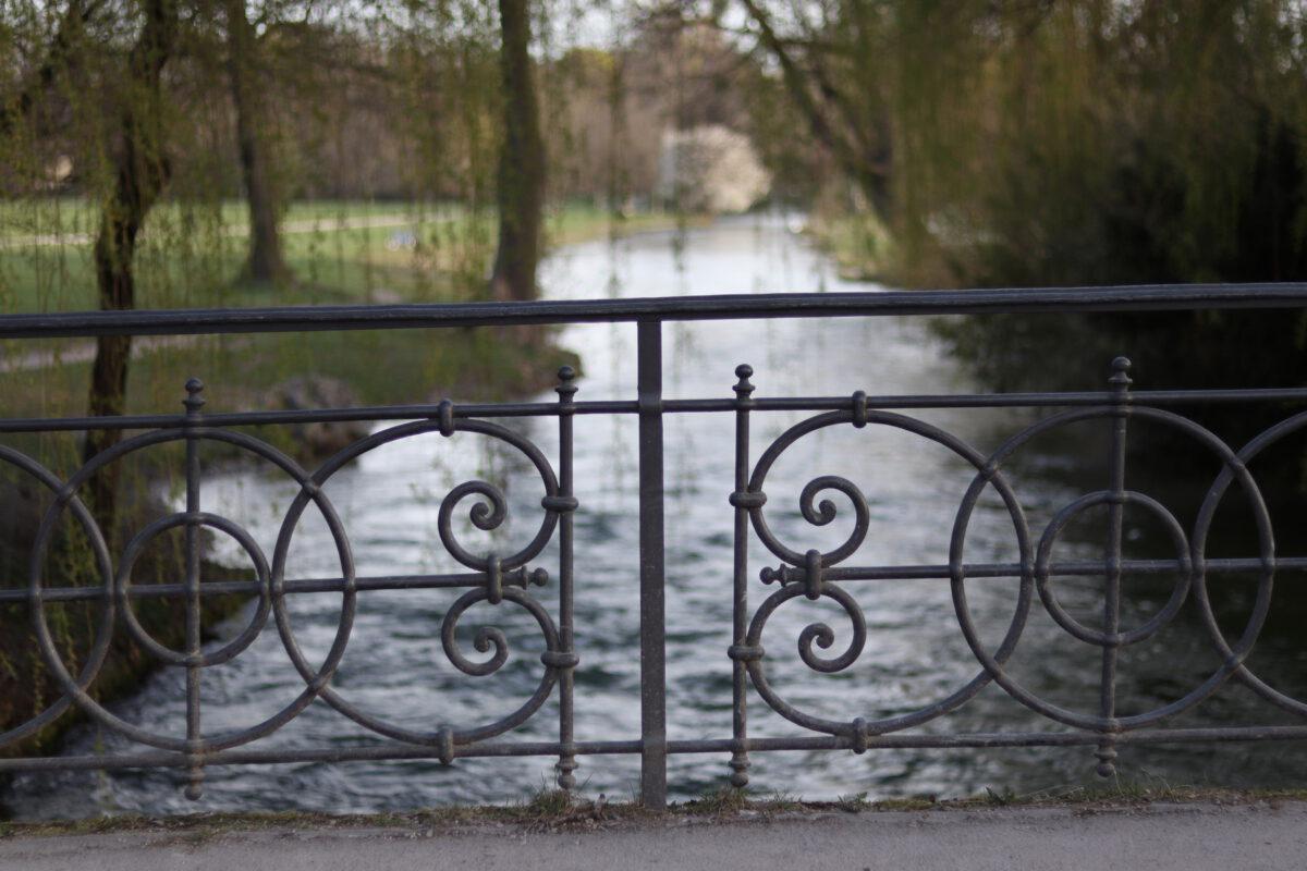 Brückengeländer über den Schwabinger Bach im Englischen Garten in München