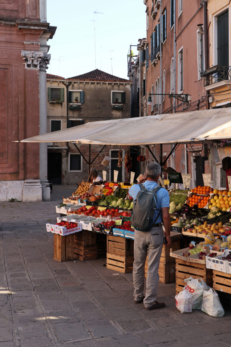 Marktstand auf dem Campo San Leonardo in Venedig