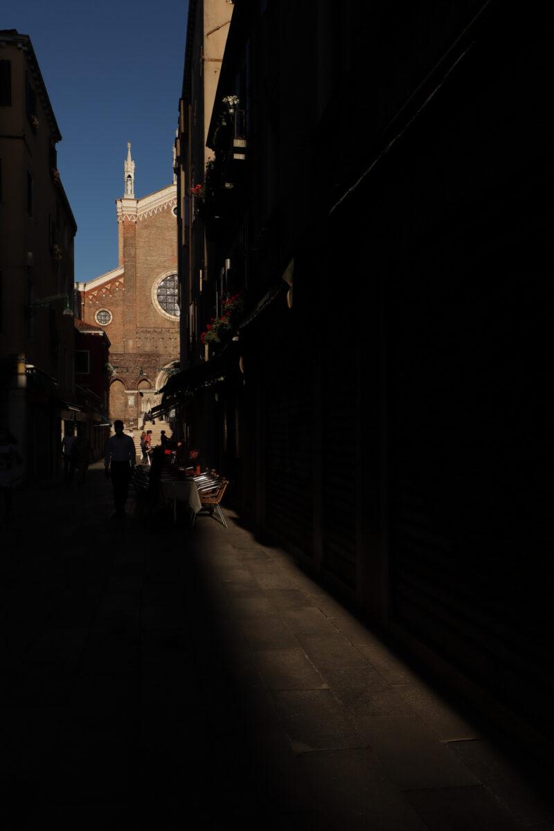 Die Basilica dei Santi Giovanni e Paolo in Venedig am Abend