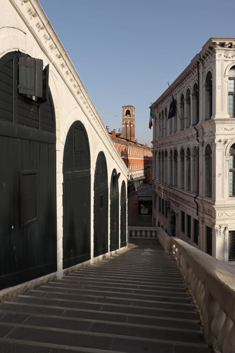 Die Rialtobrücke in Venedig am Morgen