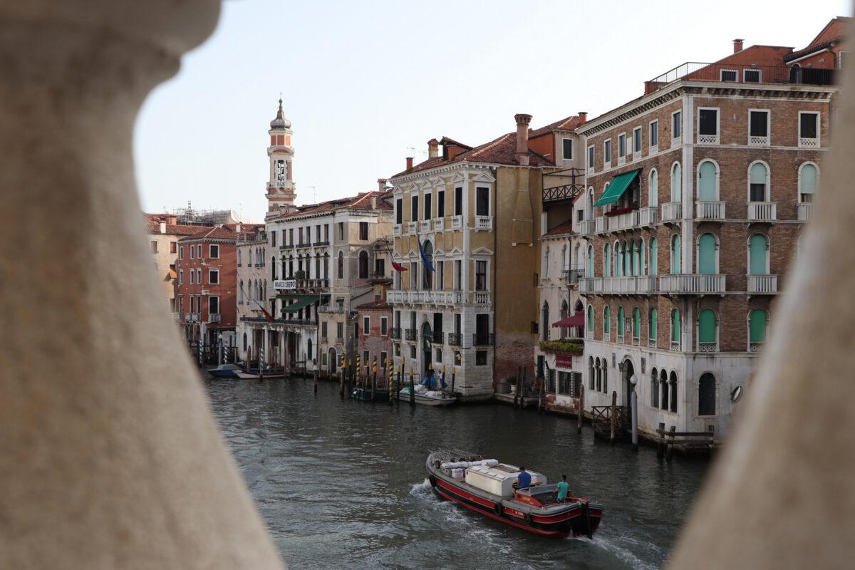 Blick von der Rialtobrücke in Venedig auf den Canal Grande