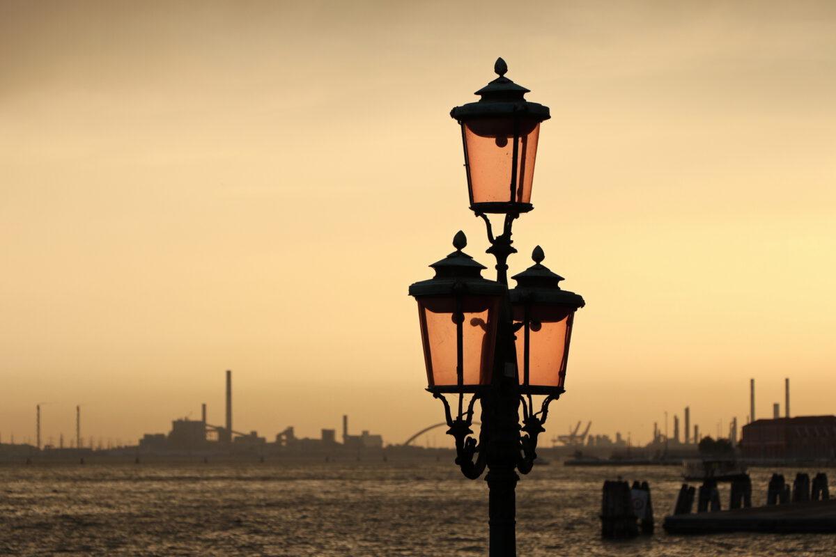 Laterne im Sonnenuntergang am Canale della Giudecca in Venedig