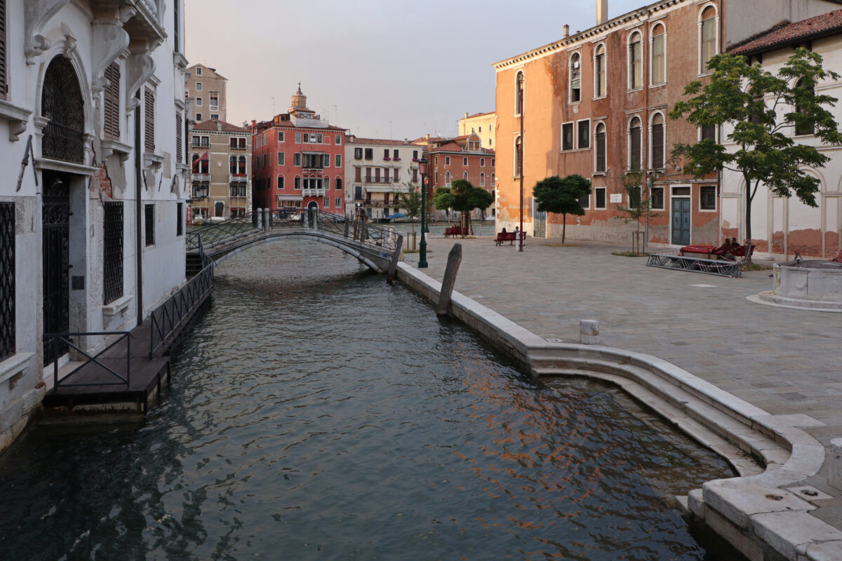 Kanal in Dorsoduro mit Blick auf den Canal Grande in Venedig zur goldenen Stunde