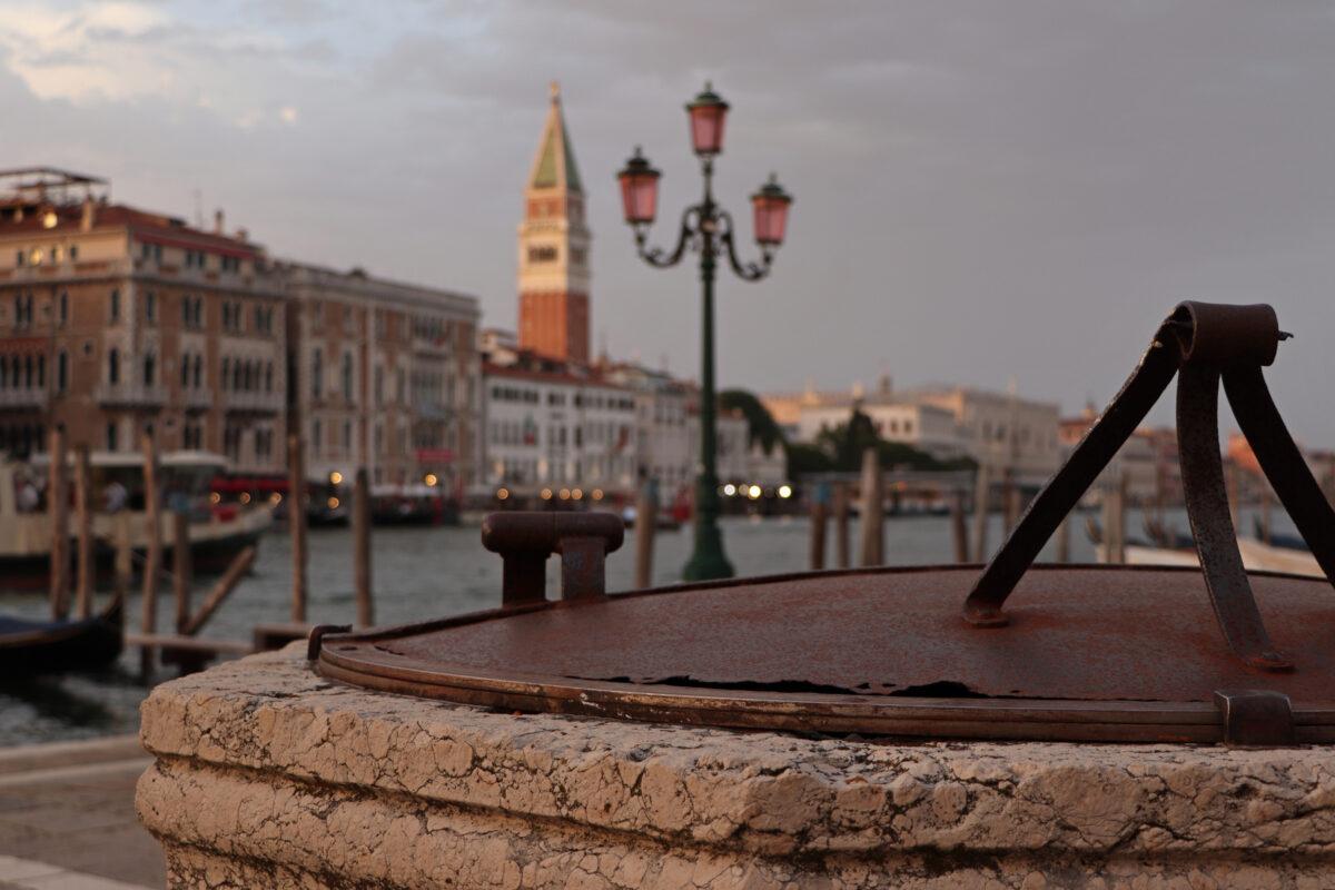 Blick vom Fondamenta Salute auf den Canal Grande in Venedig zu Sonnenuntergang