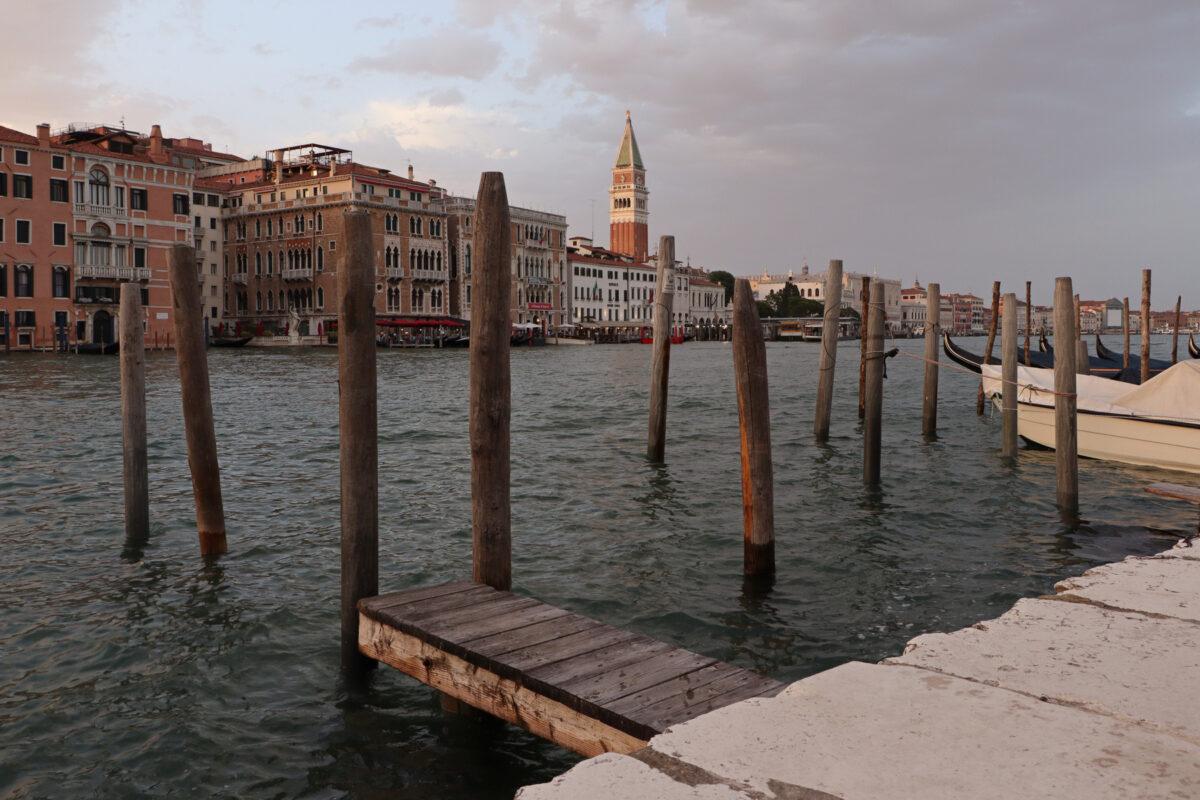 Blick vom Fondamenta Salute in Venedig auf den Canal Grande zu Sonnenuntergang