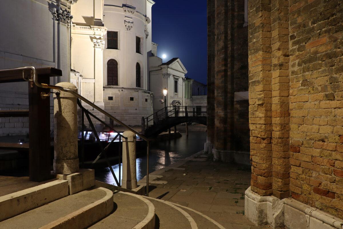 Kanal in Venedig entlang der Basilika Santa Maria della Salute zur Blauen Stunde