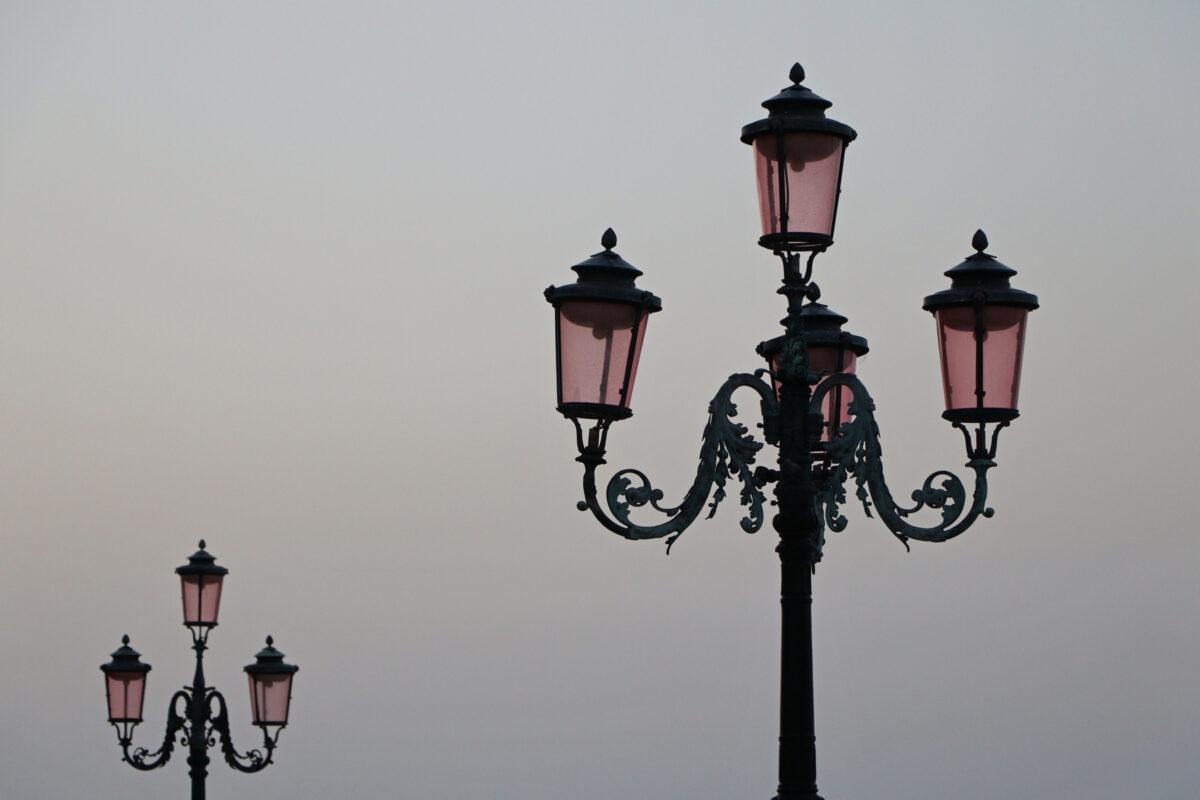 Laternen auf dem Markusplatz in Venedig zu Sonnenaufgang