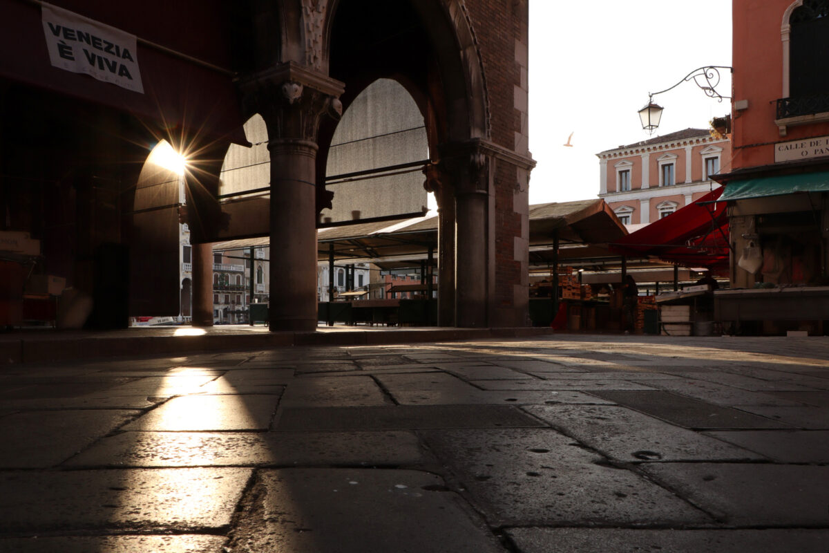 Der Mercato di Rialto in Venedig am frühen Morgen