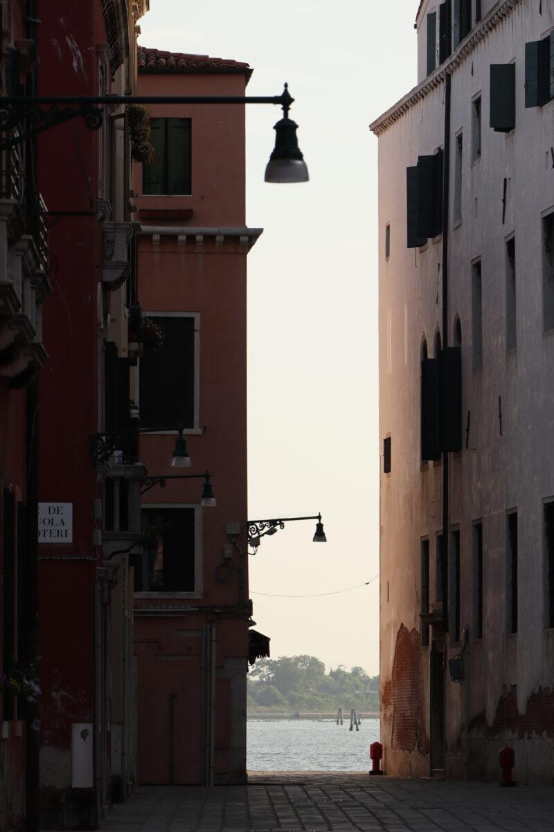 Gasse in Cannaregio in Venedig am Morgen