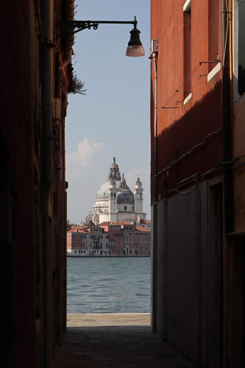 Blick von Giudecca auf die Basilika Santa Maria della Salute in Venedig