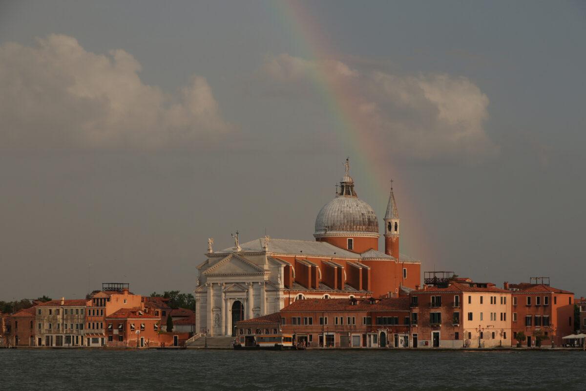 Regenbogen über dem Canale della Giudecca in Venedig und der Kirche Il Redentore