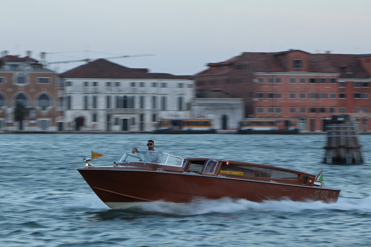 Boot am Abend auf dem Canale della Giudecca in Venedig