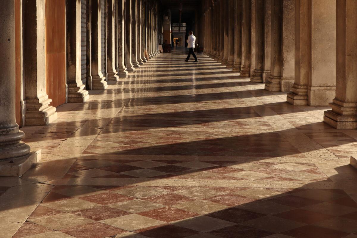 Arkadengang auf dem Markusplatz in Venedig zur goldenen Stunde