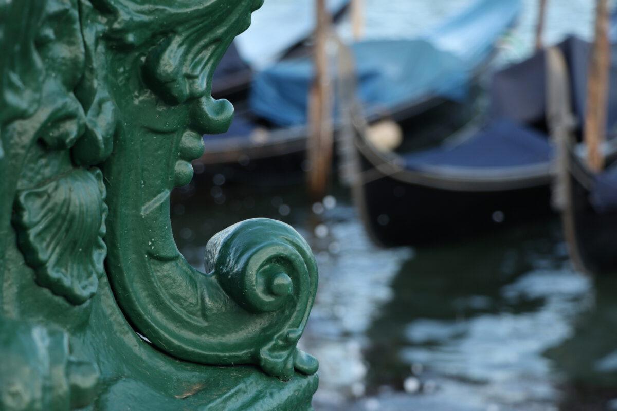 Details an einer Laterne und Gondeln am Markusplatz in Venedig