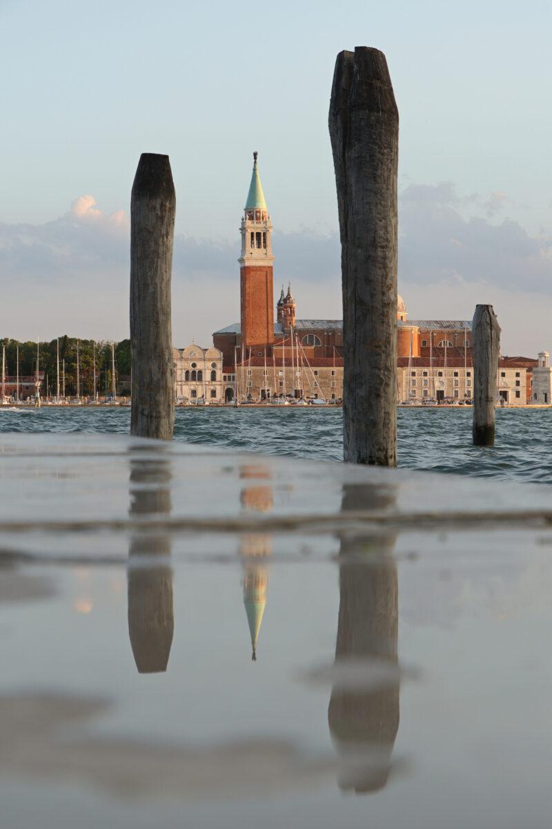 Blick auf San Giorgio Maggiore von der Riva degli Schiavoni in Venedig zur goldenen Stunde