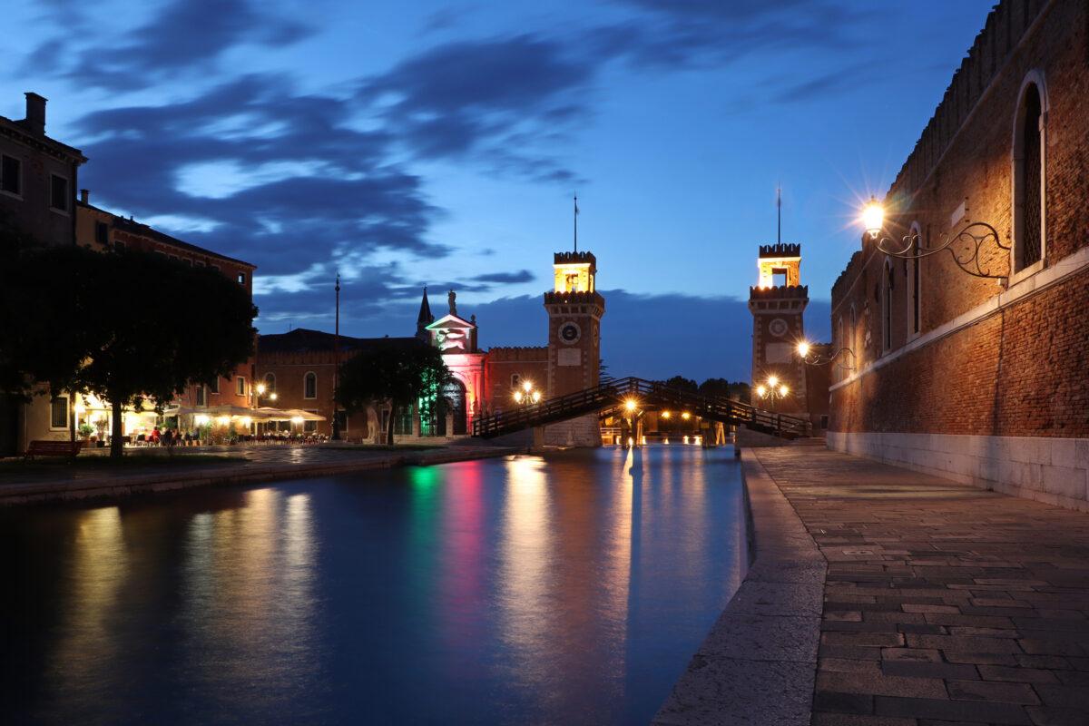 Das Arsenale di Venezia in Castello in Venedig zur Blauen Stunde