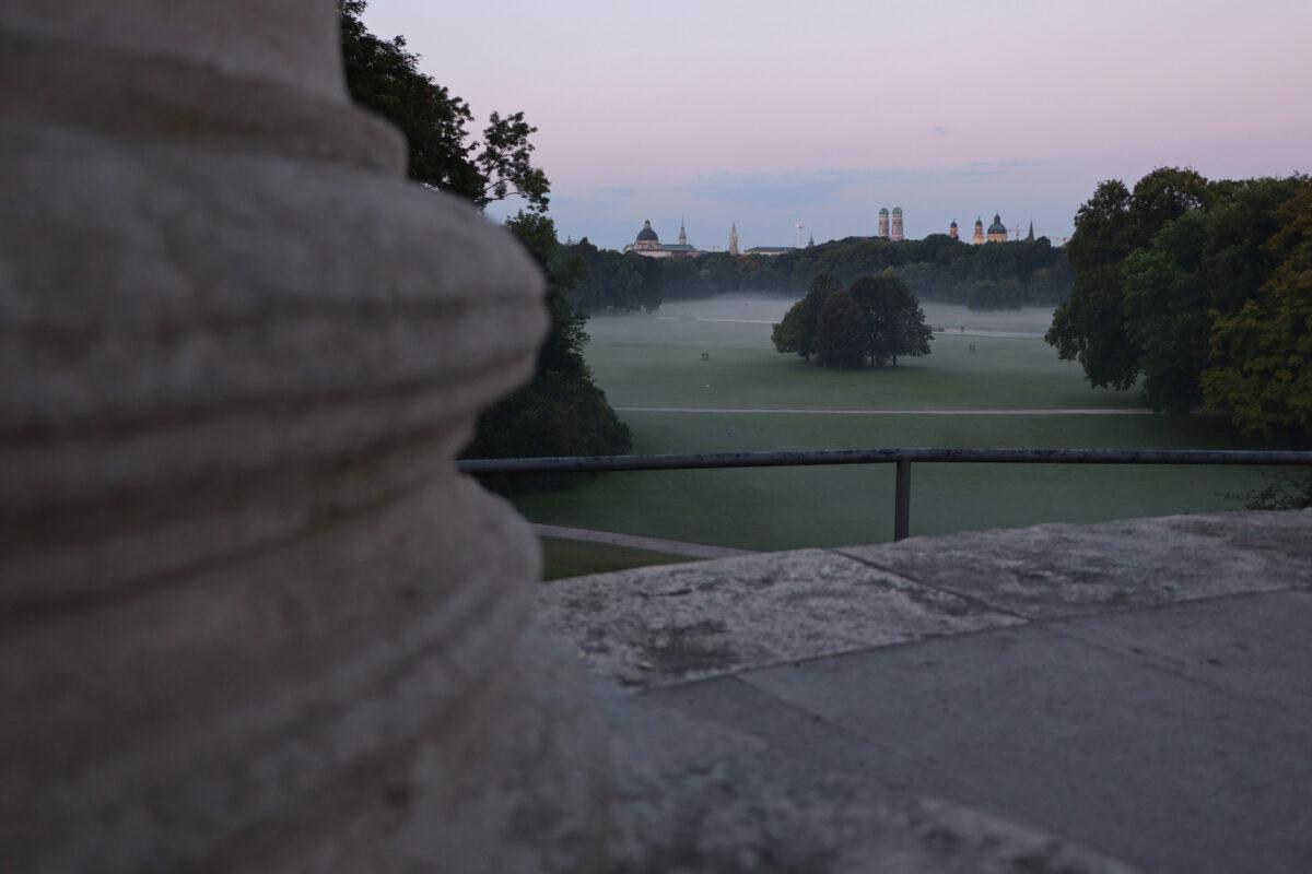 Blick vom Monopteros im Englischen Garten auf München am Morgen