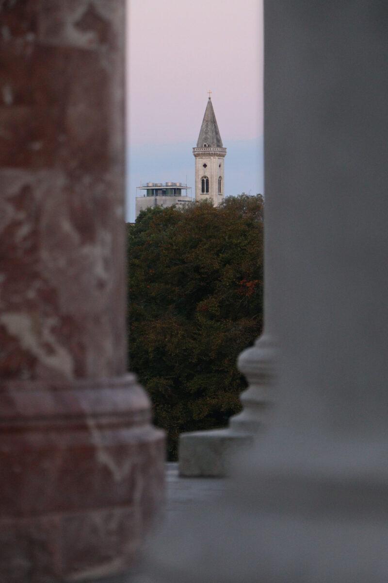 Blick vom Monopteros auf die Ludwigskirche in München am Morgen
