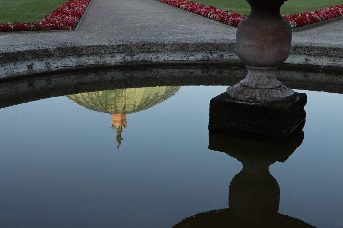 Spiegelung im Hofgarten in München am Morgen