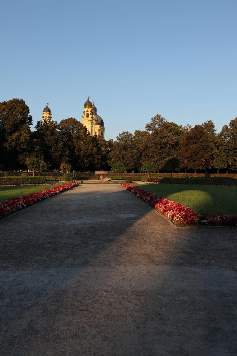 Morgens im Hofgarten in München mit Blick auf die Theatinerkirche