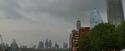 Blick auf die Skyline von London vom Themseufer