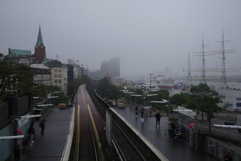 Hamburg U-Bahn Landungsbrücken Blick auf die Elbphilharmonie