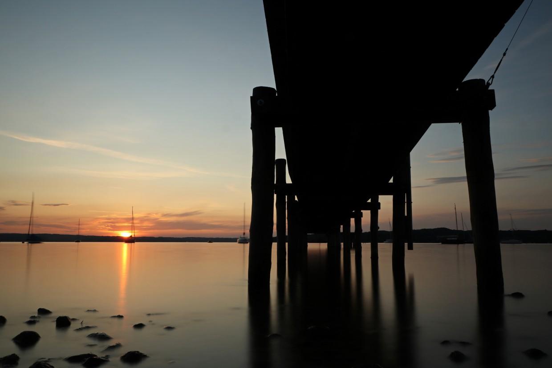 Langzeitbelichtung Steg im Sonnenuntergang in Herrsching am Ammersee