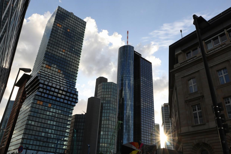 Sonnenuntergang zwischen den Hochhäusern im Bankenviertel von Frankfurt am Main