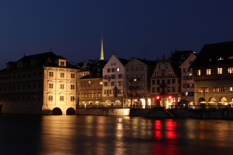 Die Limmat und die Altsadt in Zürich zur blauen Stunde