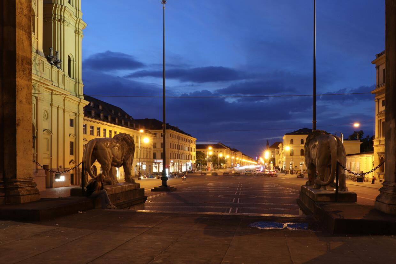 Blick von der Feldherrnhalle auf den Odeonsplatz in München zur Blauen Stunde