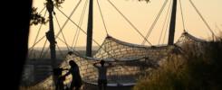 Blick vom Olympiaberg auf das Olympiastadion im Sonnenuntergang in München