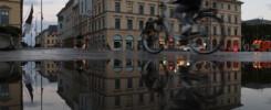 Pfützenspiegelung am Odeonsplatz in München am Morgen